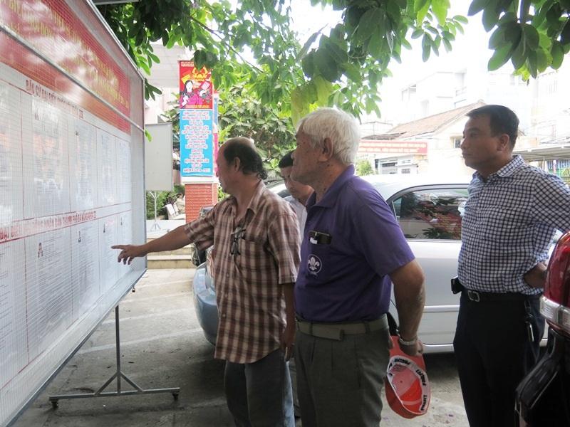 Các cử tri tìm hiểu lý lịch ứng viên đại biểu Hội đồng nhân dân TP Đà Nẵng nhiệm kỳ 2016-2021 niêm yết tại phường Vĩnh Trung (Q. Thanh Khê, Đà Nẵng)