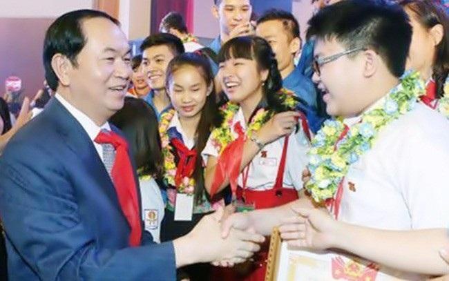 Chủ tịch nước Trần Đại Quang thăm hỏi các học sinh tiêu biểu toàn quốc dự Kỷ niệm 75 năm Ngày thành lập Đội Thiếu niên Tiền phong Hồ Chí Minh vừa diễn ra tại Hà Nội, trong đó có HS Nguyễn Ngọc Như Ý
