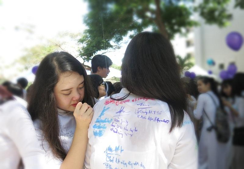 Nước mắt học trò chia tay bạn bè ngày cuối cùng trong sân trường phổ thông