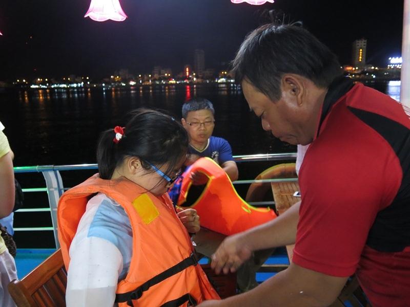 Du khách được các thuyền viên hướng dẫn mặc áo phao đúng quy định ngay khi lên tàu