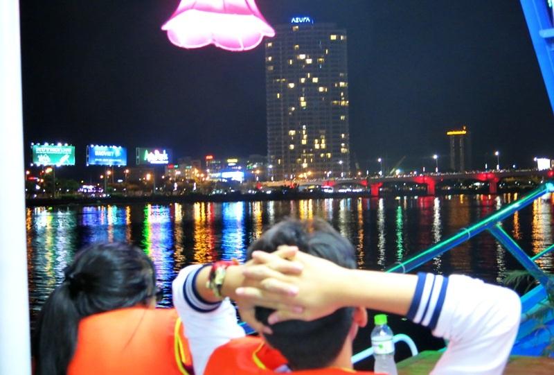 Đà Nẵng về đêm nhìn từ tàu du lịch trên sông Hàn