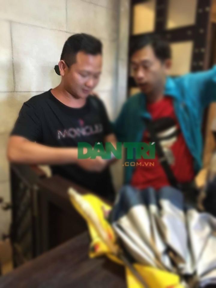Sitting guide (áo xanh) tiếp tay cho HDV TRung Quốc hoạt động chui dẫn đoàn tham quan điểm đến tại Đà Nẵng (ảnh do HDV địa phương ghi hình ngay trong trưa 1/7 cung cấp cho PV Dân trí)