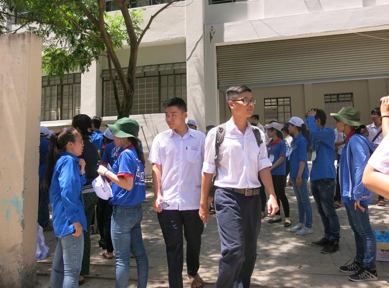 Các thí sinh vừa thi xong môn Toán sáng nay 1/7 tại Đà Nẵng