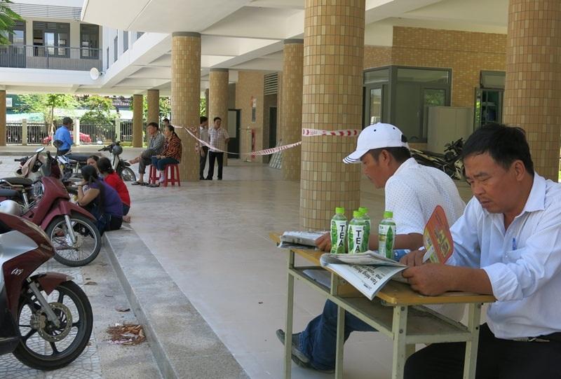 Khuôn viên bố trí cho phụ huynh đợi thí sinh ở điểm trường THPT Phan Châu Trinh (Đà Nẵng) thoáng mát, rộng rãi