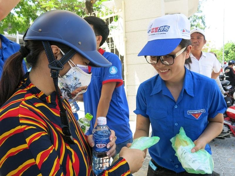 Các đội tình nguyện viên tiếp sức bánh mì trao tay phụ huynh