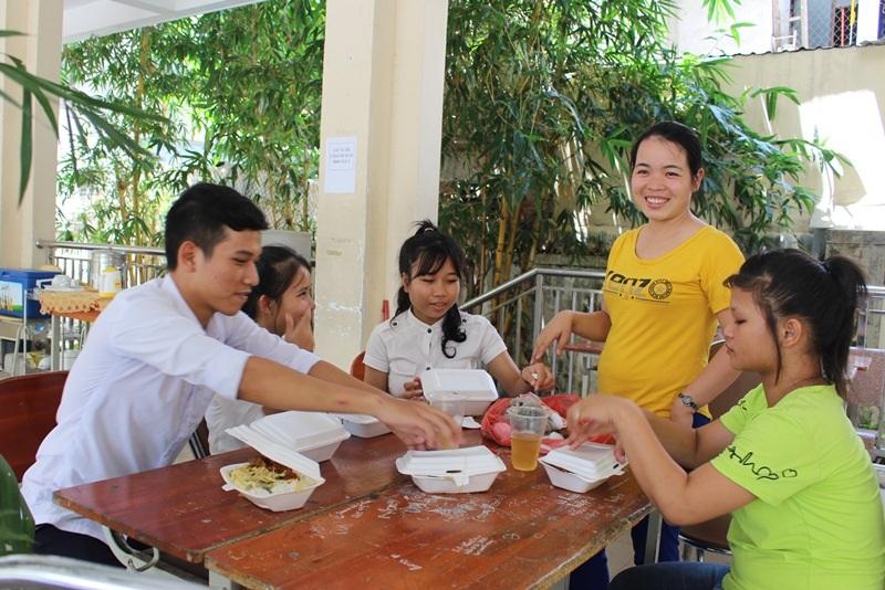 Cô quản sinh Diệu Linh (áo vàng) soạn sẵn bữa trưa cho các em học trò ở trường từ xã vùng sâu vào trung tâm TP Đà Nẵng dự thi THPT quốc gia