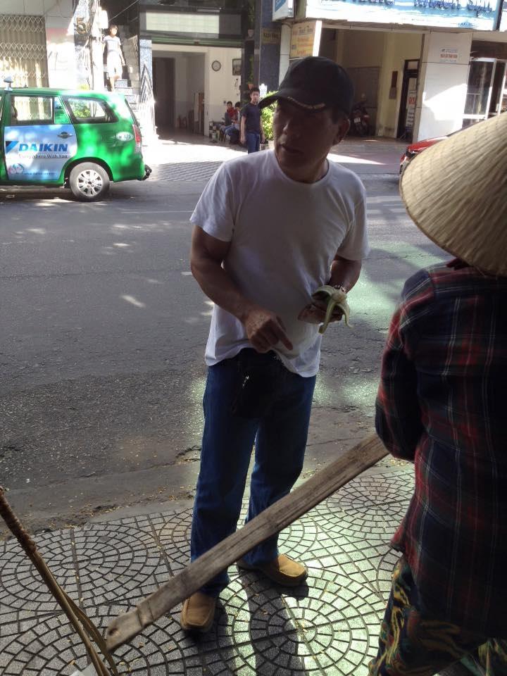 Hành vi cư xử thổ lỗ của du khách Trung Quốc với chị bán hàng rong của Đà Nẵng khiến dư luận bất bình (ảnh: Facebook của nhạc sĩ Nguyễn Duy Khoái)