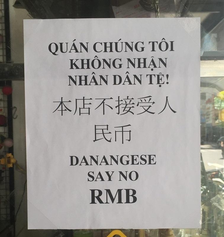 Bảng thông báo nói không với Nhân dân tệ được in bằng cả tiếng Việt, tiếng Trung Quốc và tiếng Anh