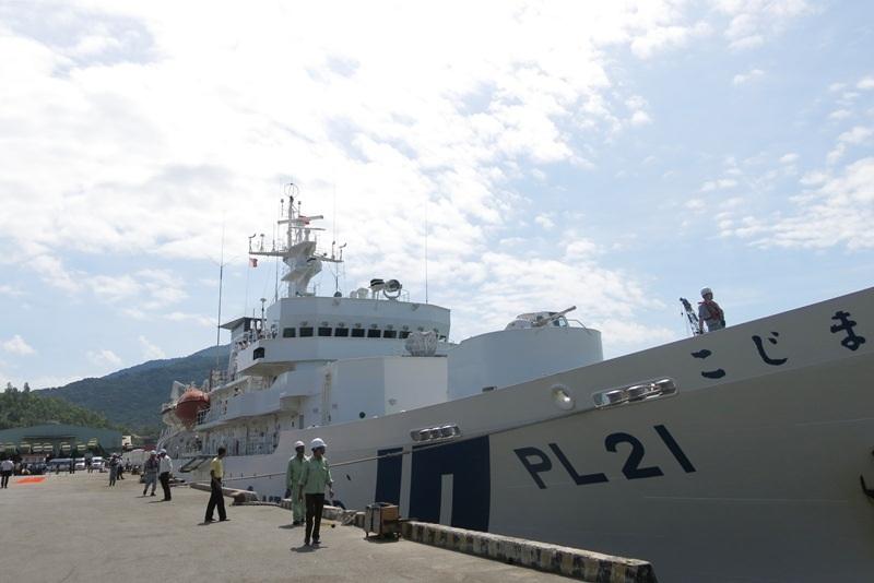 Tàu huấn luyện Kojima của lực lượng Bảo vệ bờ biển Nhật Bản vừa cập cảng Tiên Sa sáng 25/7