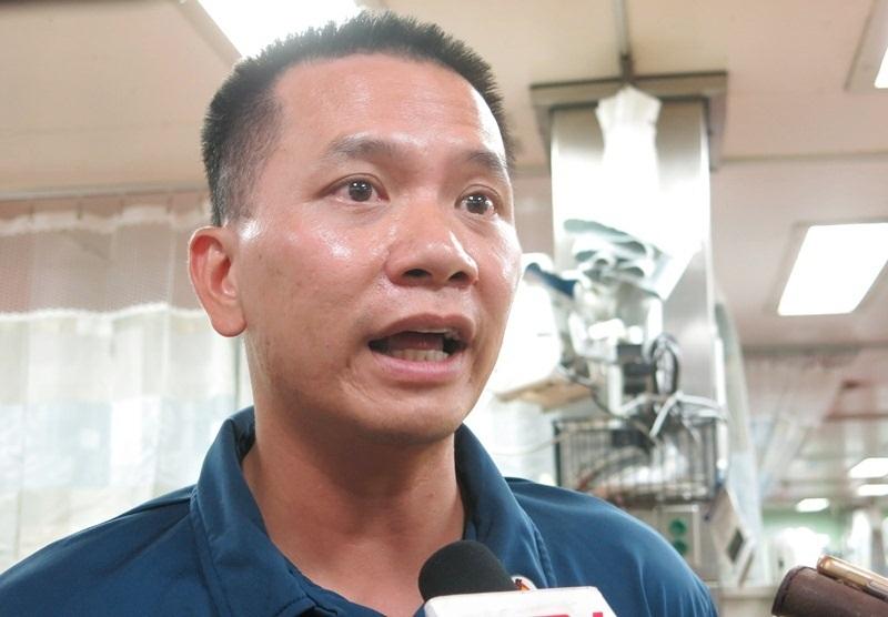 Thiếu tá Hải quân Mỹ gốc Việt không giấu được ánh mắt rơm rớm xúc động khi được theo tàu Mercy trở lại Đà Nẵng