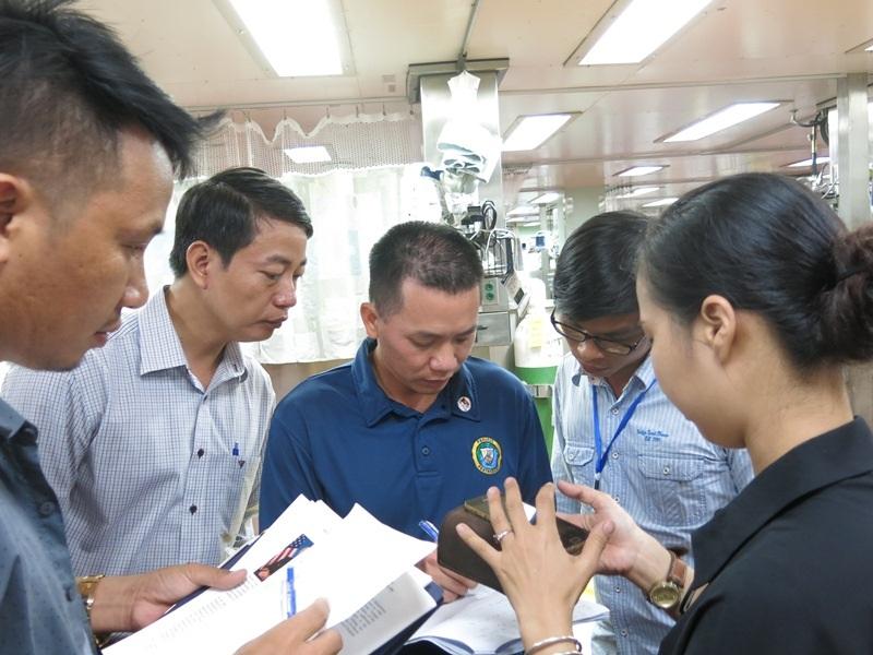 Thiếu tá Đào Đức Huy trò chuyện với các phóng viên trên Tàu bệnh viện của Hoa Kỳ USNS Mercy