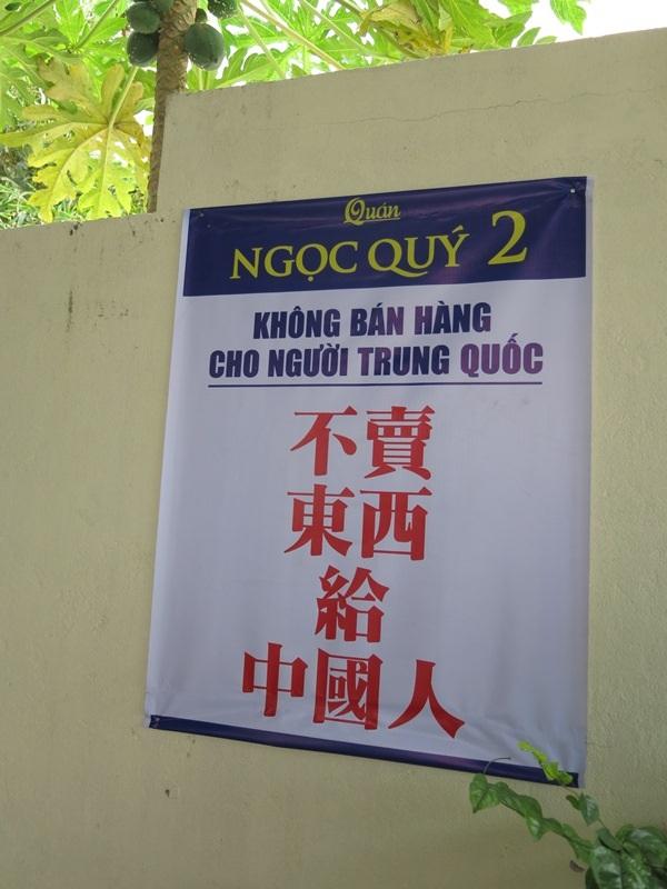 Bảng thông báo không bán hàng cho người Trung Quốc bằng cả tiếng Việt và tiếng Trung