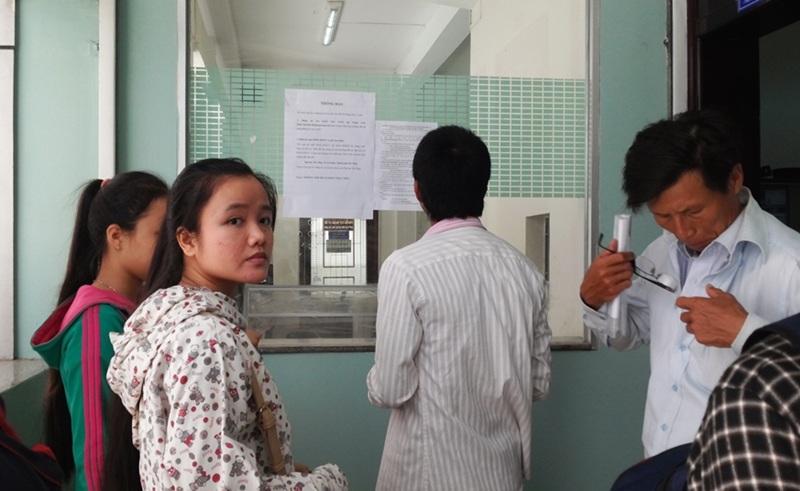 Nhiều thí sinh vẫn đến tận ĐH Đà Nẵng nộp hồ sơ ĐKXT dù trường chỉ nhận hồ sơ đăng ký xét tuyển đại học, cao đẳng trực tuyến hoặc hồ sơ gửi về trường qua đường bưu điện