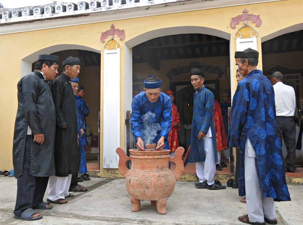 Các bô lão trong làng thực hiện các nghi thức lễ truyền thống