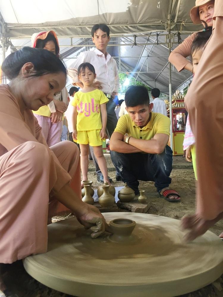Nghệ nhân trình diễn chuốt gốm theo phương pháp thủ công truyền thống lưu truyền hàng bao thế kỷ nay ở làng Thanh Hà