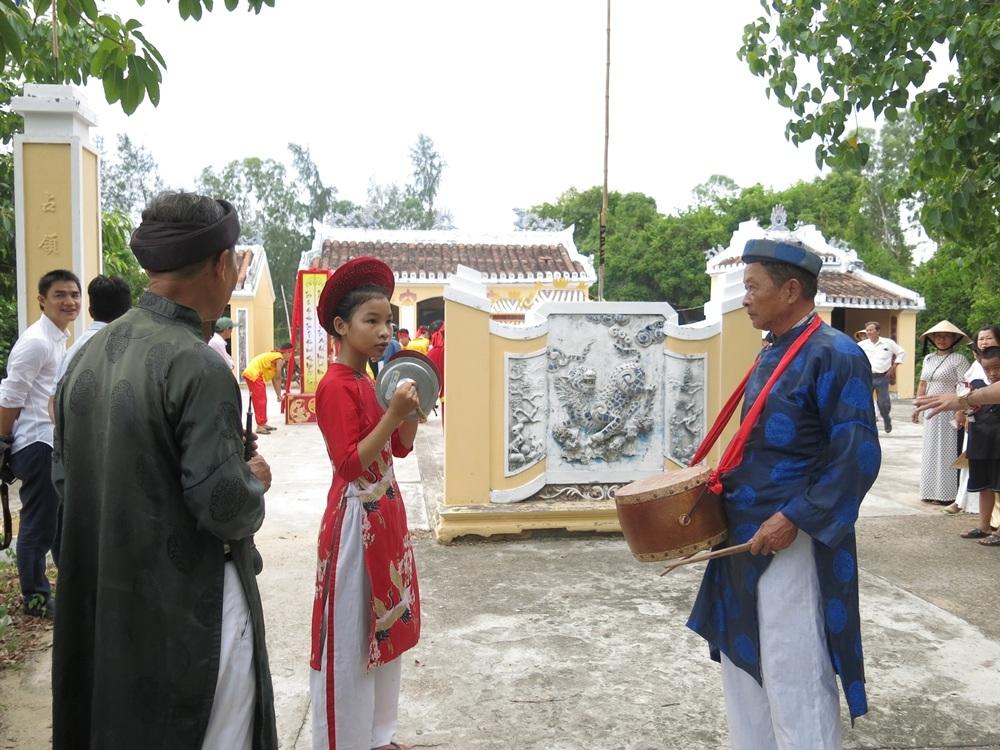 Người già trong làng bày cho lớp trẻ cách sử dụng các nhạc cụ truyền thống và nghi thức lễ hội