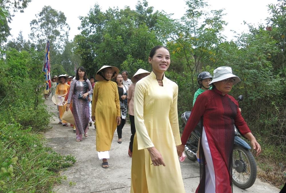 Du khách cùng người dân náo nức về đình làng dự lễ giỗ tổ từ sáng sớm