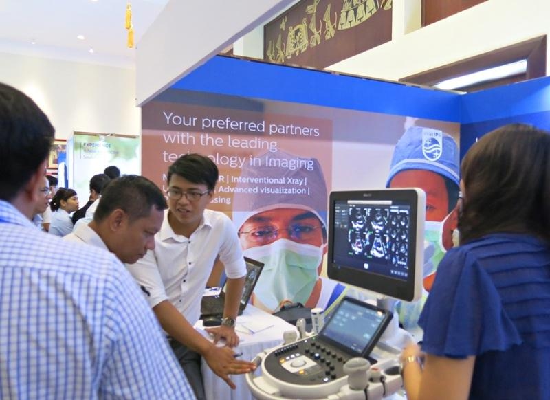 Các nhà khoa học, chuyên gia, y bác sĩ, kỹ thuật viên trong lĩnh vực trao đổi kiến thức chuyên môn và kinh nghiệm ứng dụng trang thiết bị hiện đại trong lĩnh vực tại Hội nghị