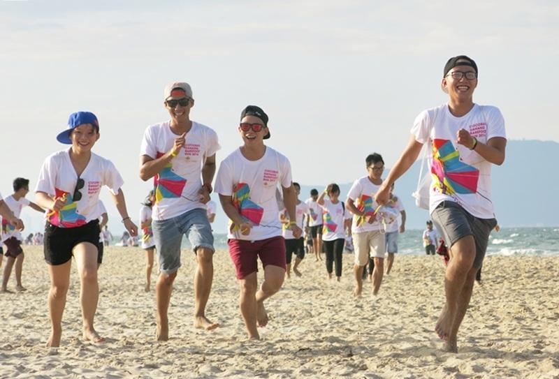 Hàng ngàn người dân và du khách hào hứng chạy với Đôi chân trần trên biển Đà Nẵng 2016