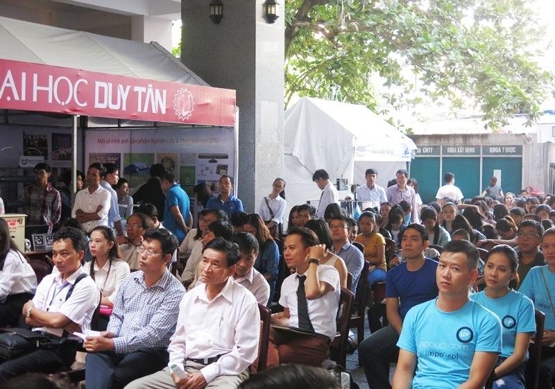 Sinh viên lắng nghe diễn giả và trình bày ý tưởng khởi nghiệp với các sản phẩm công nghệ, nghiên cứu khoa học công nghệ