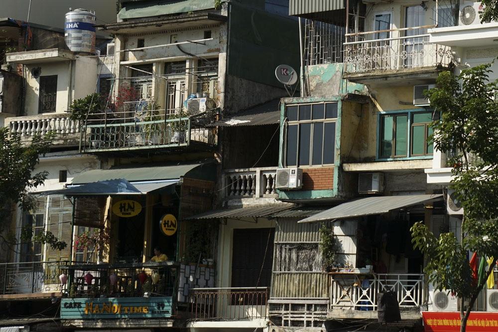 Phần trên cao của dãy nhà nhìn ra hồ Hoàn Kiếm trên phố Đinh Tiên Hoàng.