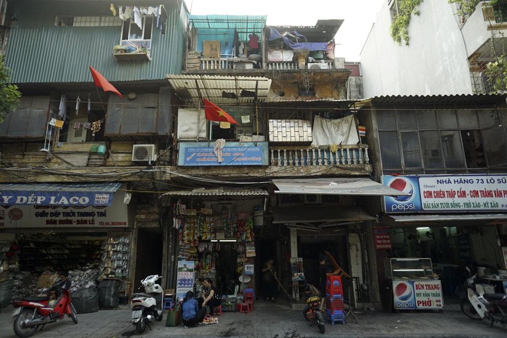 Mặt tiền phố Lò Sũ, phố này nằm sát với hồ Hoàn Kiếm, được coi là khu trung tâm của Hà Nội. Những ngôi nhà cổ ngày càng trở nên chật hẹp khiến việc cơi nới không gian rất phổ biến.