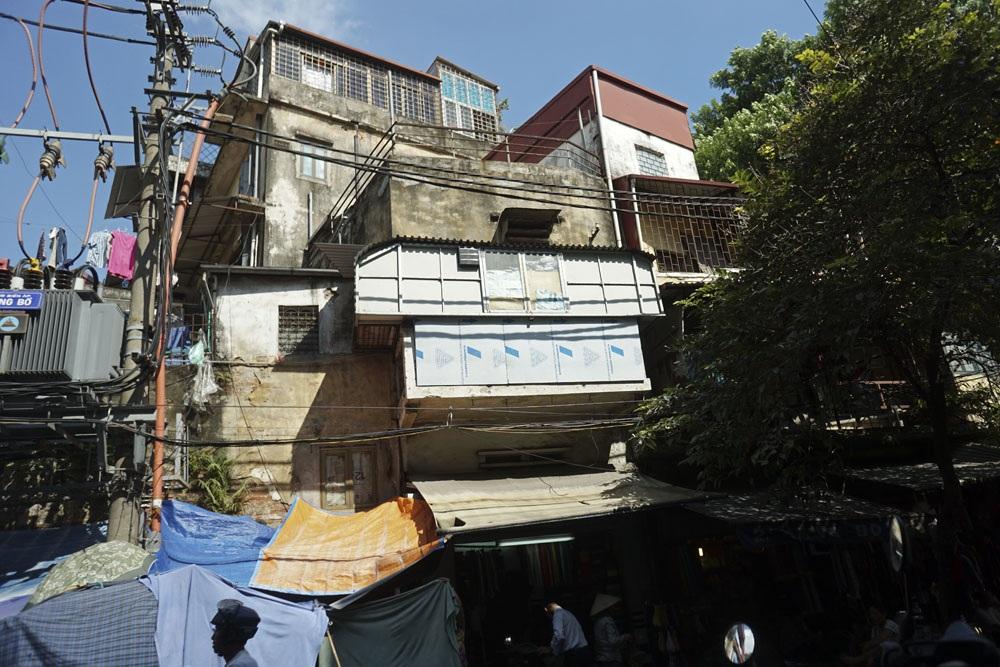 Các khoảng diện tích cơi nới đu bám vào cốt nhà cổ ở ngã tư phố Hàng Bồ.