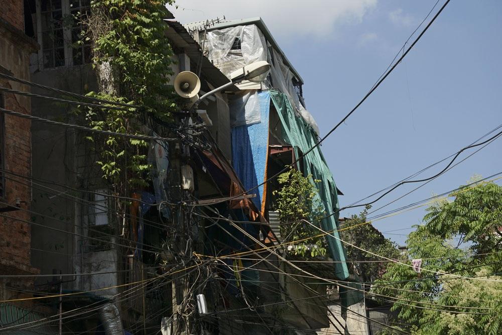 Những căn gác được che chắn tạm bợ ở ngõ Cầu Gỗ. Ở khu phố cổ, người dân có muốn xây, sửa cải tạo lại nhà ở cũng rất khó khăn vì chính sách quản lý xây dựng rất chặt.