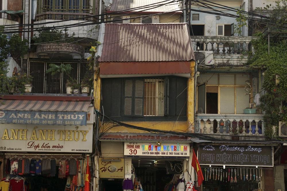 Một ngôi nhà vẫn còn mang hình dáng của kiến trúc Hà Nội đầu thế kỷ 20 ở phố Đồng Xuân, song mái ngói đã được thay bằng mái tôn để chống dột.