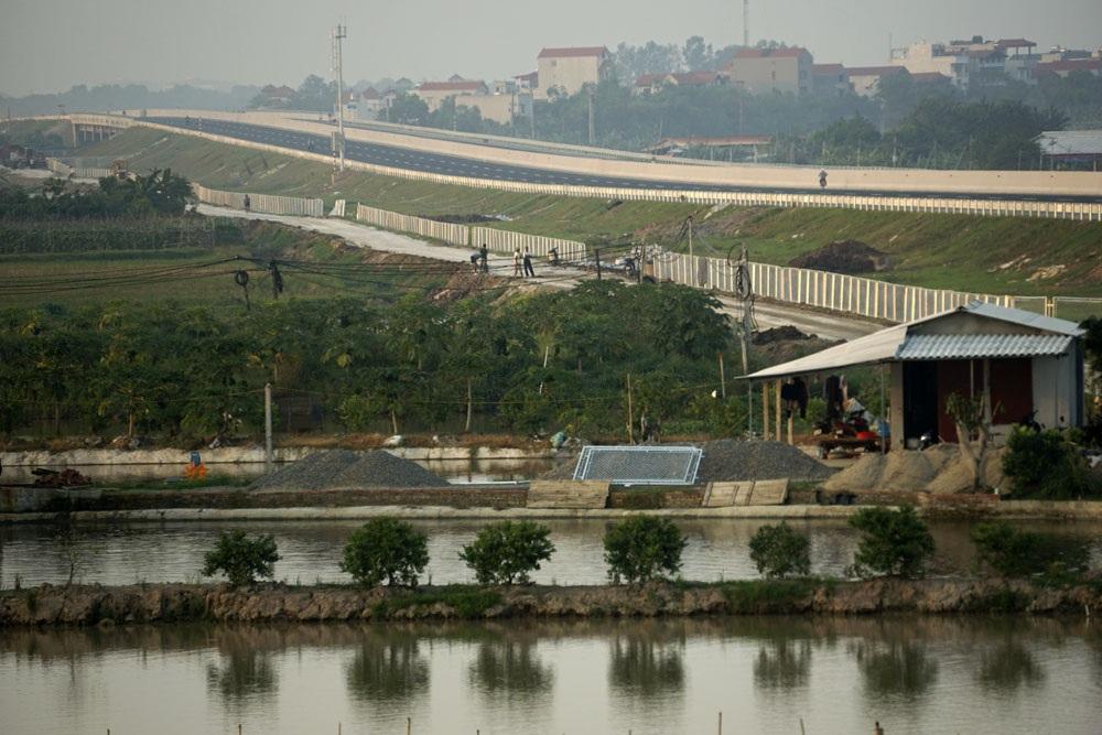 Đoạn chạy qua xã Long Hưng , huyện Văn Giang tỉnh Hưng Yên đang gấp rút hoàn thiện phần đường gom. Khi đi vào khai thác, tuyến đường này sẽ góp phần giảm tải cho đường quốc lộ 5, giảm thời gian, tiết kiệm chi phí cho các phương tiện vận tải.