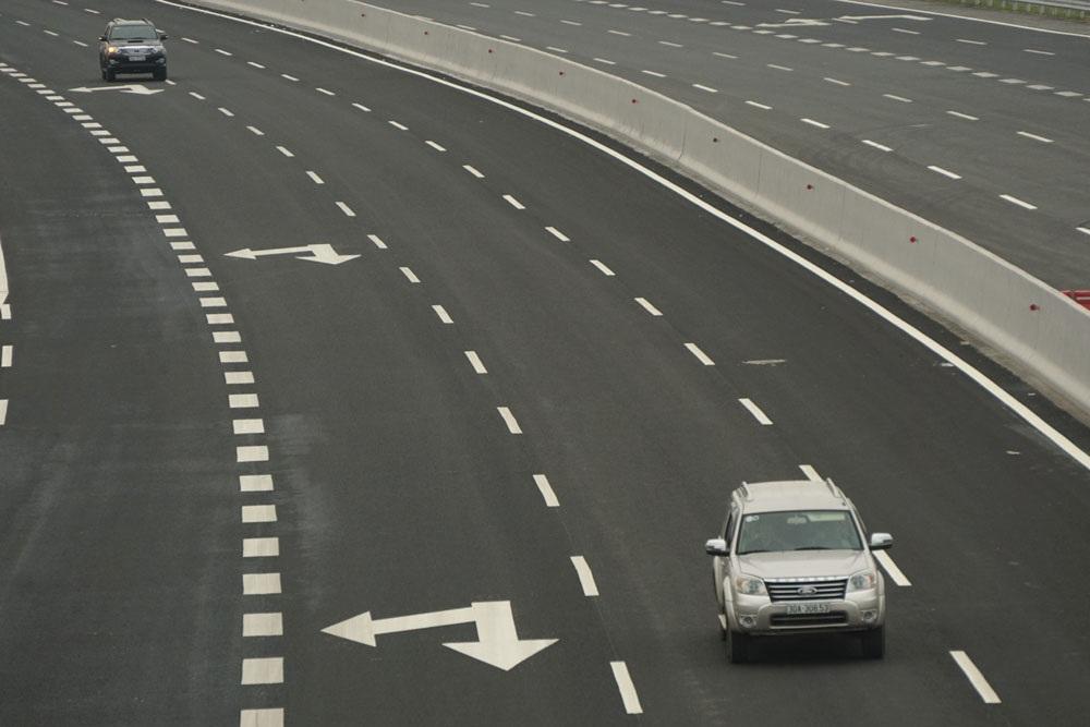 Mặt đường rộng 33m với 6 làn xe chạy, đạt tốc độ tối đa 120km/h cùng 2 làn dừng khẩn cấp. Bề mặt được phủ lớp bê tông nhựa tạo nhám dày 2,2cm bảo đảm an toàn và thoát nước nhanh.