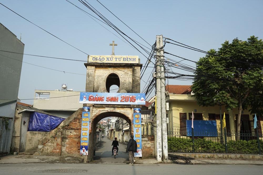Cổng chào của giáo xứ Tư Đình phường Long Biên, quận Long Biên TP Hà Nội trang trí đơn giản với dòng chữ Giáng sinh 2016 nổi bật.