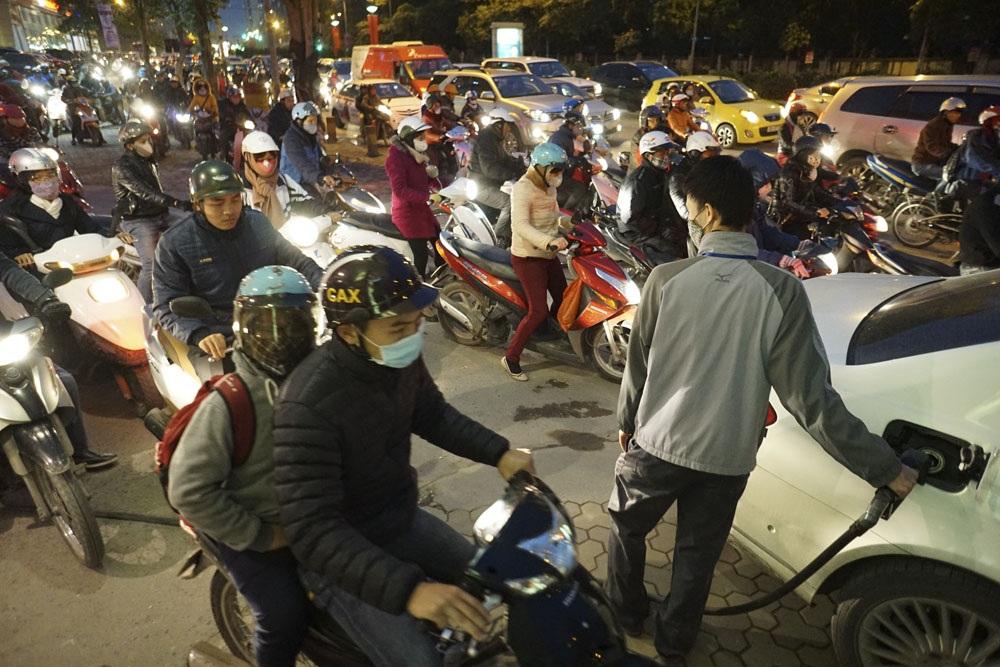 Người đi xe máy hết đường tràn cả vào một cây xăng tại số 68 Lê Văn Lương.