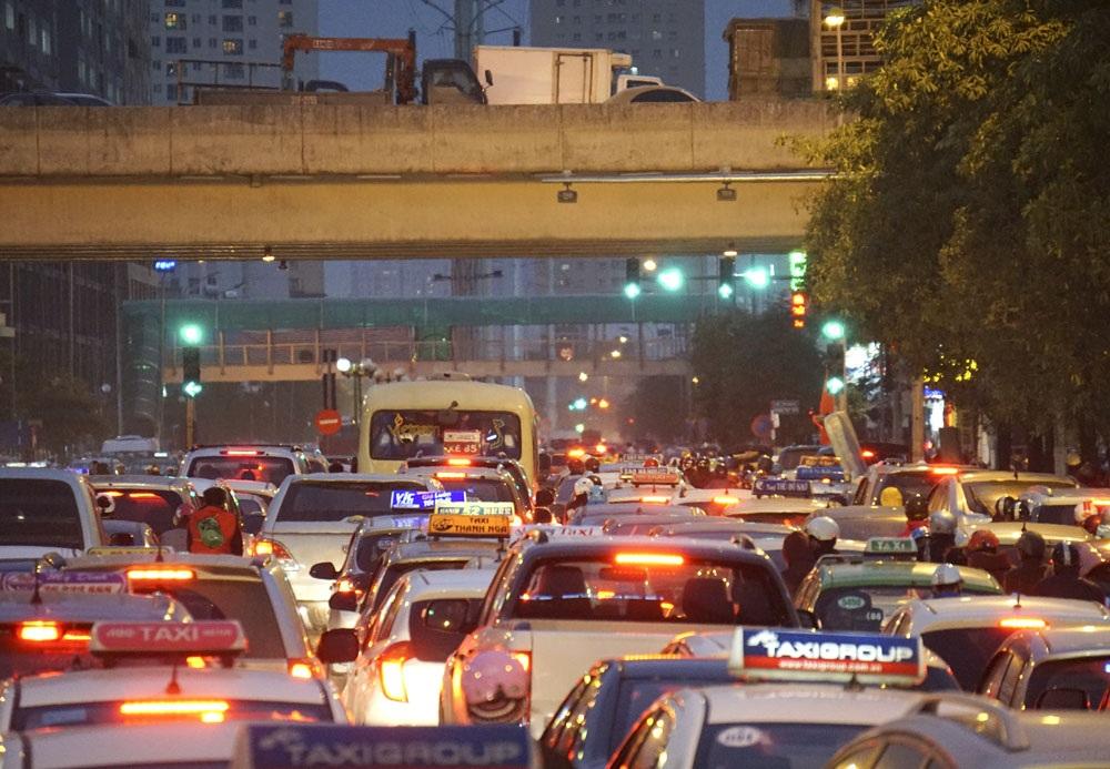 Lúc 18h tại ngã tư Lê Văn Lương - Khuất Duy Tiến, ùn tắc cả đường phía dưới lẫn trên cao.