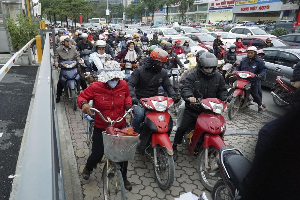 Vỉa hè đường Lê Văn Lương khá rộng, nhưng khi vào giờ cao điểm cũng không còn chỗ trống.
