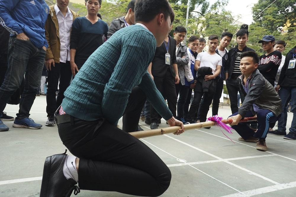 Tết Mông xuống phố giới thiệu nhiều trò chơi truyền thống của người Mông. Trong ảnh là trò đẩy gậy, là trò chơi đòi hỏi phải có sức khỏe và sự khôn khéo để đẩy lùi đối phương, ai tiến lên nhiều hơn người đó chiến thắng.