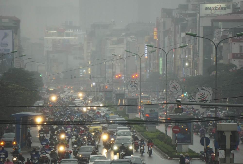 Sẩm tối mưa càng mau và nặng hạt, dân công sở tan tầm trong buốt giá ẩm ướt.
