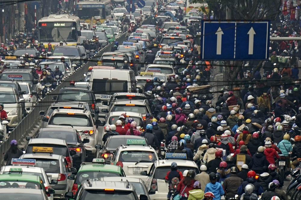 16 giờ trên phố Chùa Bộc (quận Đống Đa - Hà Nội), tình trạng ùn tắc đã xảy ra khá trầm trọng, người đi xe máy ồ ạt leo vỉa hè luồn lách để thoát khỏi biển người.