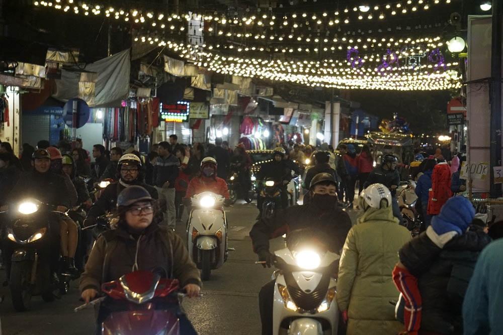 Trục đường buôn bán sầm uất Hàng Ngang, Hàng Đào, Đồng Xuân lúc này đã gần 23h nhưng dòng người đi mua đồ giảm giá vẫn chật kín lòng đường.
