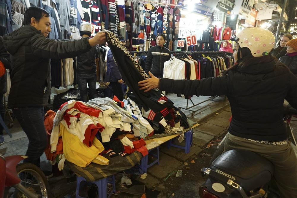 Giá rẻ, người mua nhanh, các loại quần áo bán chạy như tôm tươi.