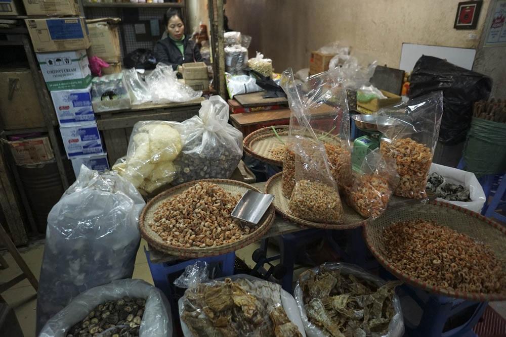 Phía trong chợ chỉ lác đác một vài quầy bán đồ khô còn bán.