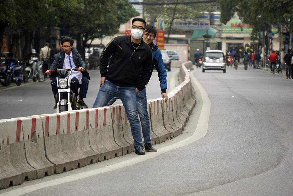 Phố Lê Thanh Nghị (quận Hai Bà Trưng) bố trí giải phân cách cứng suốt chiều dài phố, không có vạch dành cho người đi bộ cũng như cầu vượt, việc đi lại giữa 2 bên đường đều phải trèo qua dải phân cách.