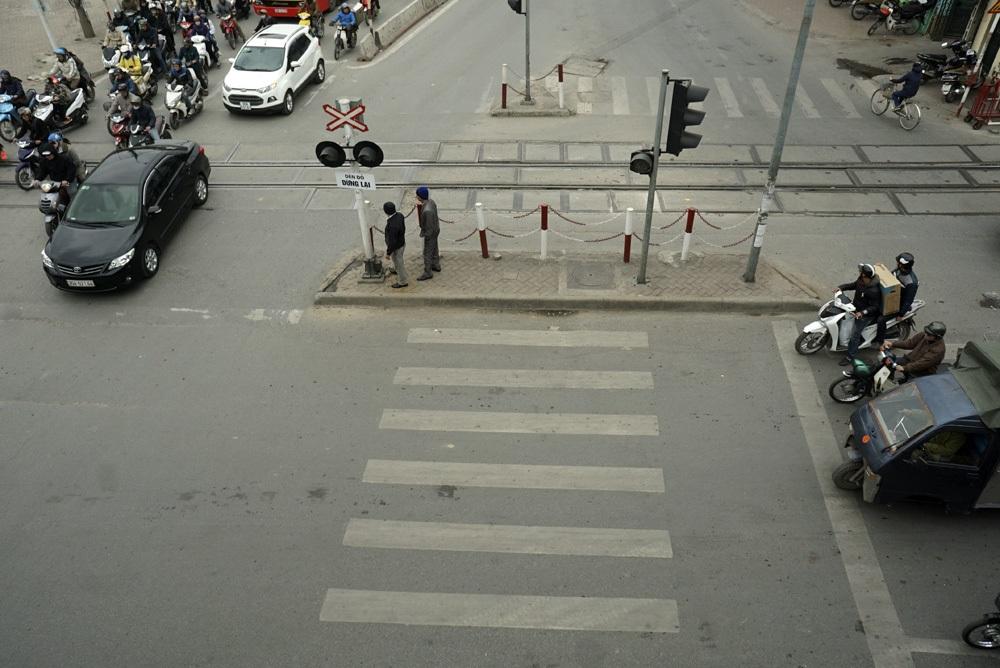 Tại ngã tư Giải Phóng - Trường Chinh, làn đường dành cho người đi bộ bị chặn lại bởi hàng rào an toàn cho đường sắt Bắc Nam, người đi bộ ngơ ngác không biết phải đi tiếp ra sao.