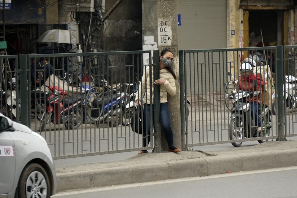 Một kiểu sang đường nguy hiểm cho bản thân và người tham gia giao thông trên đường Giải Phóng. Việc người đi bộ không chấp hành sang đường đúng nơi kẻ vạch một phần do ý thức, nhưng cũng xuất phát từ thực tế số điểm có vạch sang đường chưa nhiều, quãng đường phải đi quá xa.