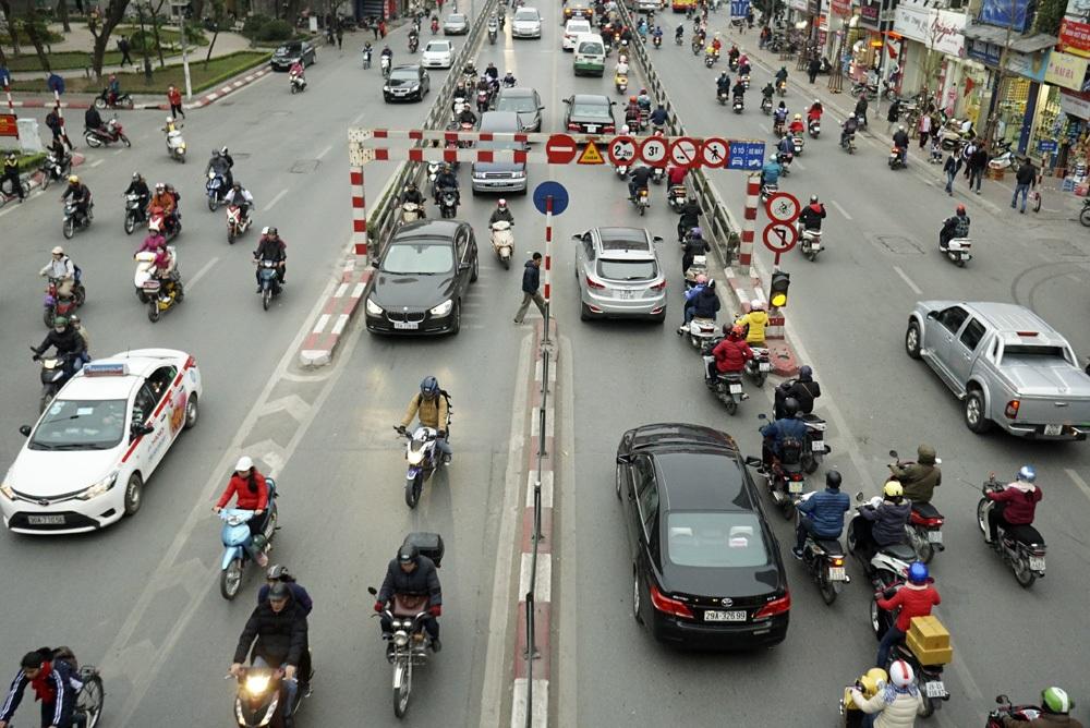Cũng dưới chân một cầu vượt bộ hành phố Tây Sơn, người dân cũng sang đường theo thói quen bất chấp nguy hiểm.