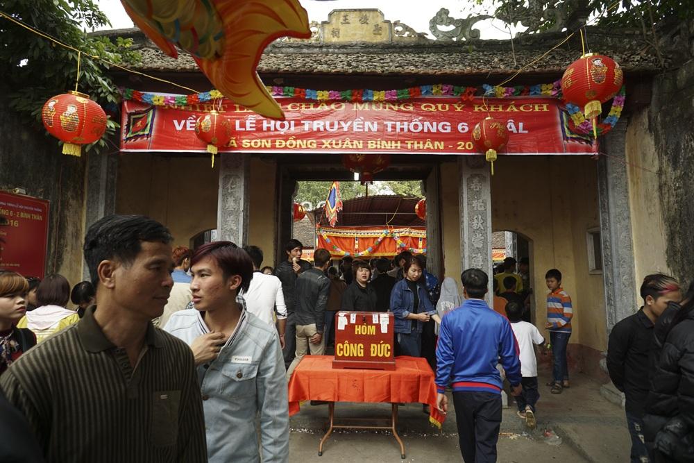 Lễ hội Giằng Bông được tổ chức tại đình làng Sơn Đồng. Đây là ngôi đình cổ có niên đại hàng trăm năm và được cho là rất linh thiêng.