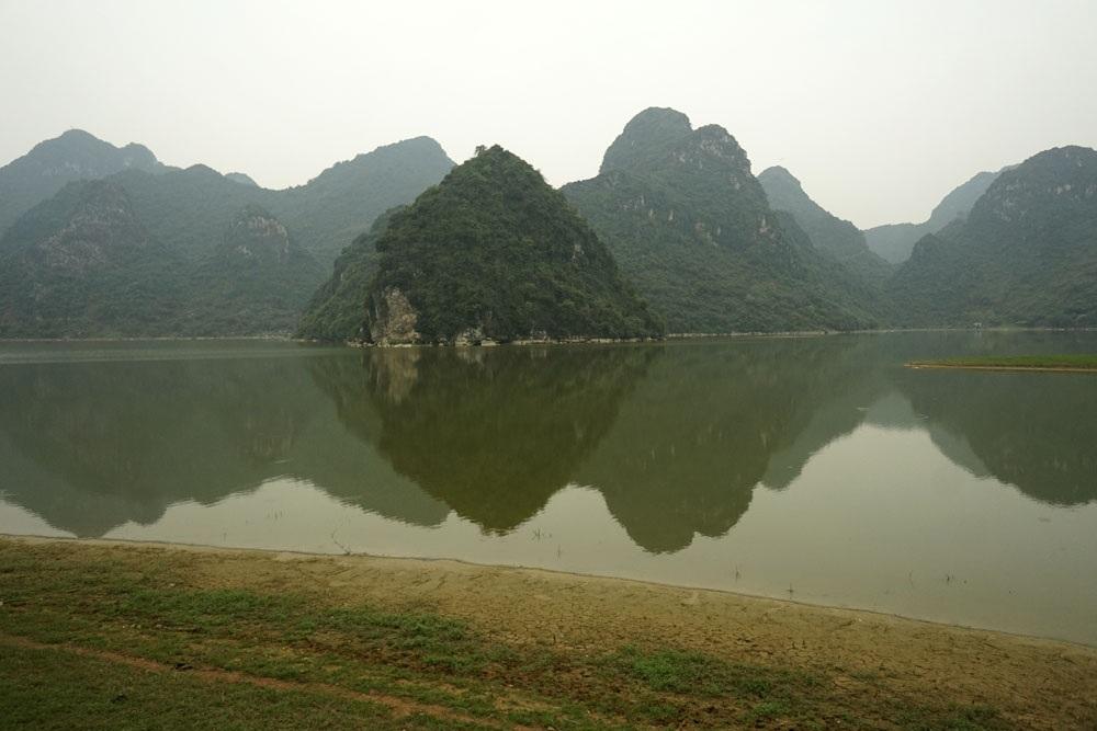 Mặt hồ phẳng lặng như gương, phản chiếu những ngọn núi nhấp nhô tạo nên hình ảnh tuyệt đẹp cho vùng hồ. Đây là một vùng đất hiếm hoi của Hà Nội còn giữ được vẻ nguyên sơ của thiên nhiên.
