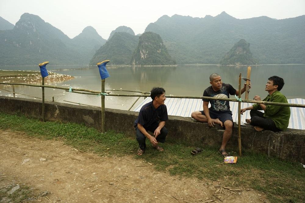 Sau mỗi ngày lao động, những người dân Tuy Lai trò chuyện thoải mái trong không khí trong lành bên bờ hồ.