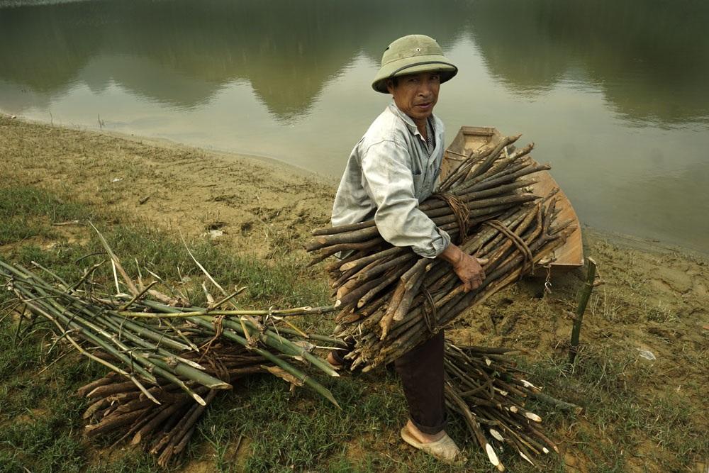 Những người dân khi đấu thầu đất vùng núi rừng để chăn nuôi cũng gắn liền với trách nhiệm bảo vệ rừng. Người dân chỉ được lấy những cành củi nhỏ chứ không đươc phép chặt cây.