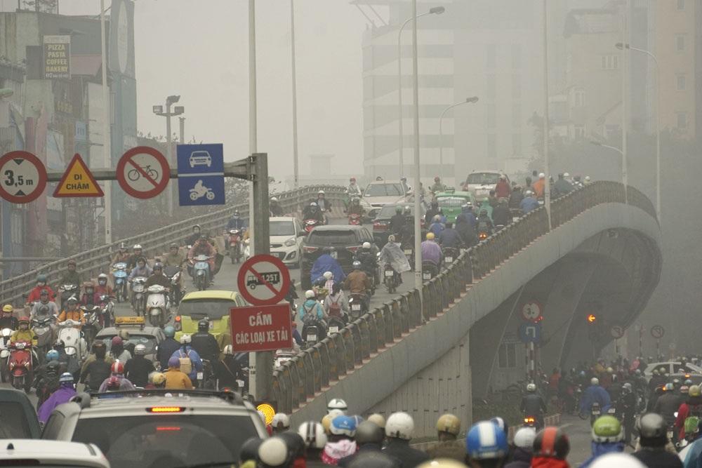 Tầm nhìn khi tham gia giao thông bị hạn chế. Ảnh chụp tại cầu vượt Đại Cồ Việt - Trần Khát Chân.